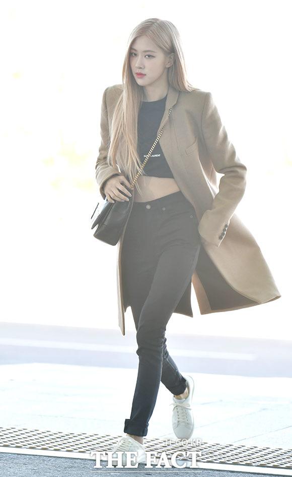 [더팩트ㅣ인천국제공항=이덕인 기자] 걸그룹 블랙핑크의 로제가 프랑스 파리 해외일정 참석차 23일 오전 인천국제공항 제2터미널 출국장으로 향하고 있다.